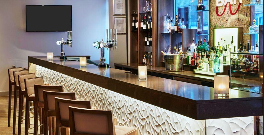 Tómate un gin tonic en el bar del hotel