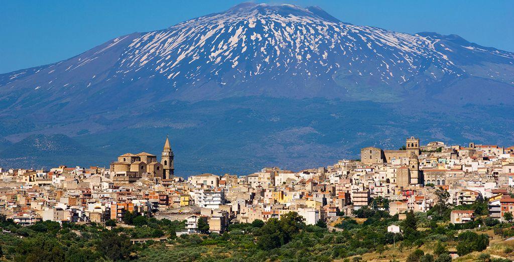 El volcán Etna domina expectante el paisaje