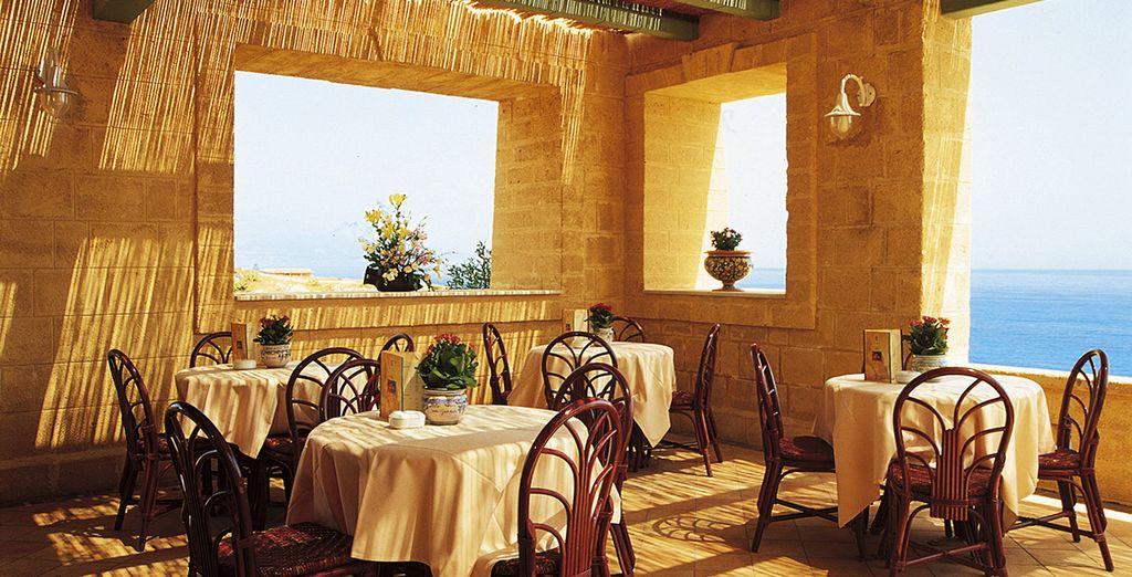 Degusta exquisitos platos en el restaurante con vistas