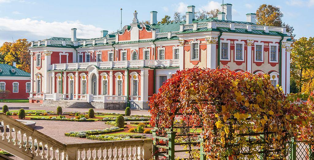Pasea por la capital de Estonia, encontrando el palacio de Kadriorg