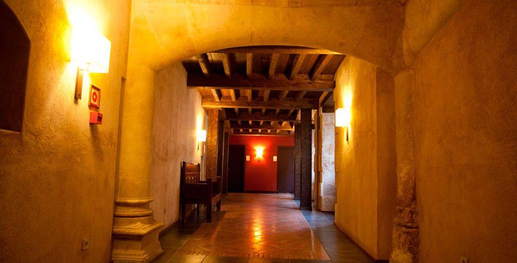 Su especial y cálida decoración interior prolonga la esencia de la ciudad dentro del establecimiento