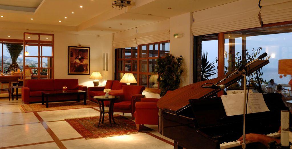 Un elegante lobby con piano incluido