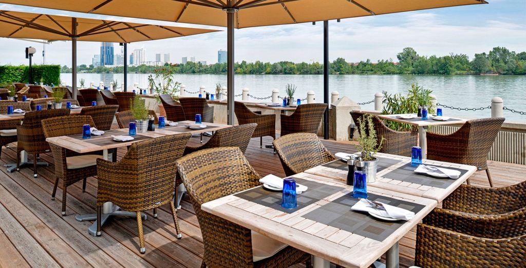 Disfrute de las vistas desde la terraza del Restaurante