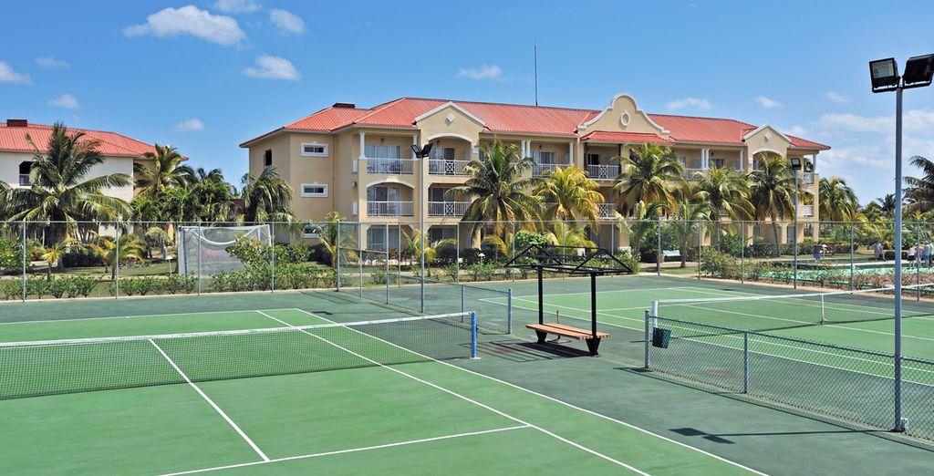 También dispone de pista de tenis