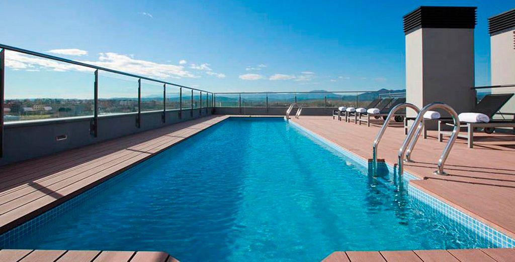La terraza, situada en la 6a planta del hotel, esconde una piscina