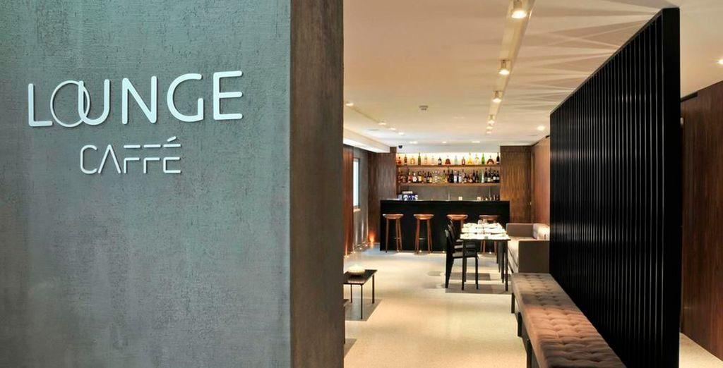 El Lounge Caffé en tonos grises se funde con la recepción en un espacio intimista y de moda