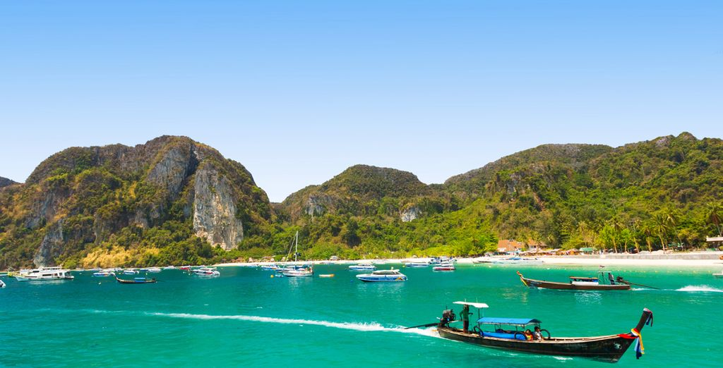 El quinto día de este fascinante tour, se trasladarán a Phi Phi, repleto de lanchas y botes de cola larga