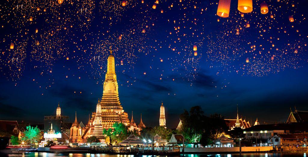 Disfrutarás de una cena buffet tailandesa e internacional mientras cruzas a lo largo del río Chao Phraya