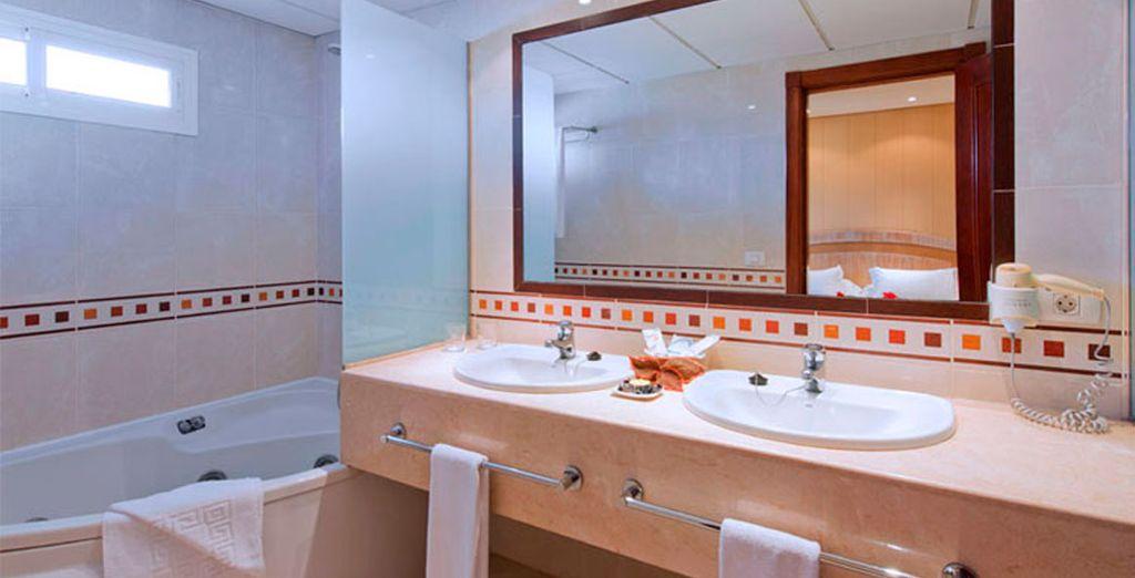 Detalle de su baño con bañera de hidromasaje