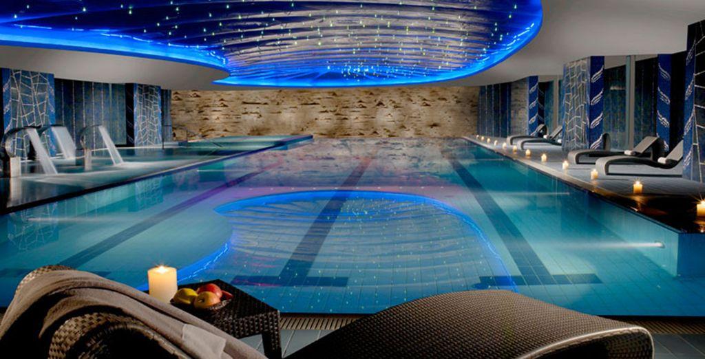 Refrésquese en la piscina cubierta