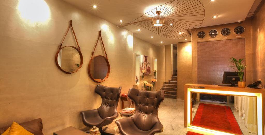 Un hotel moderno con confortables instalaciones