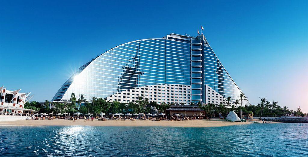 El Hotel Jumeirah combina su arquitectura comtemporánea junto a un diseño elegante