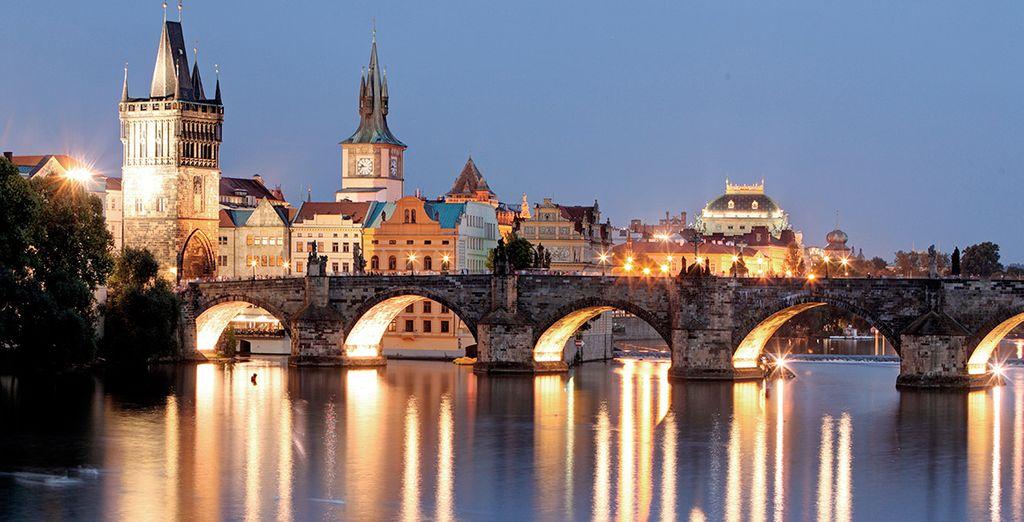 Cruza el puente Carlos, el más antiguo de la República Checa