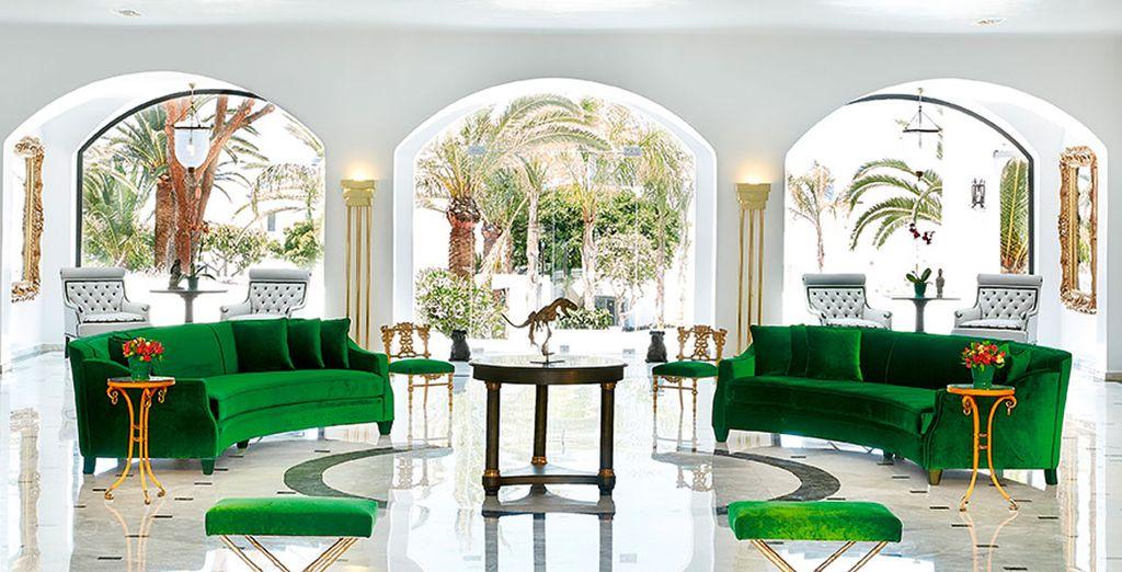 Salones comunes que recuerdan a la cultura mediterránea por su luz y colores