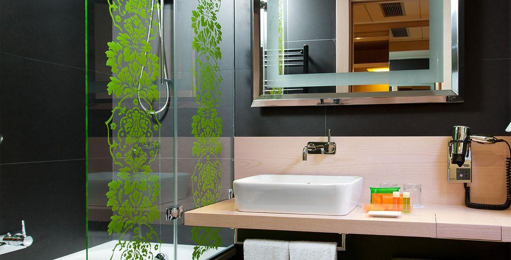 Los baños privados están equipados con ducha o bañera, secador de pelo y otras comodidades