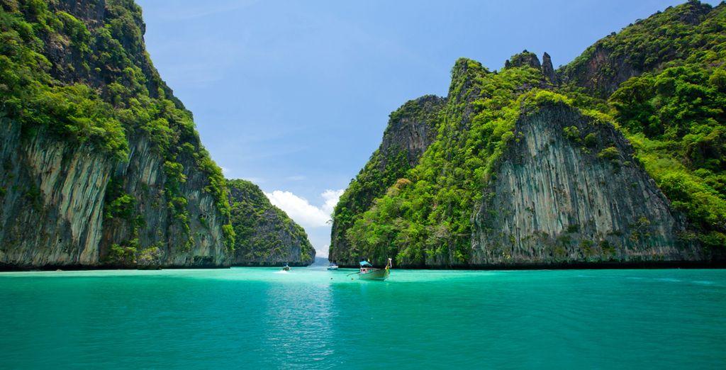 Acantilado y el mar claro Phi Phi Leh sur de Tailandia