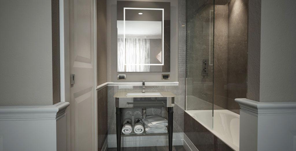 Cuenta con un baño privado muy amplio con gran bañera o ducha