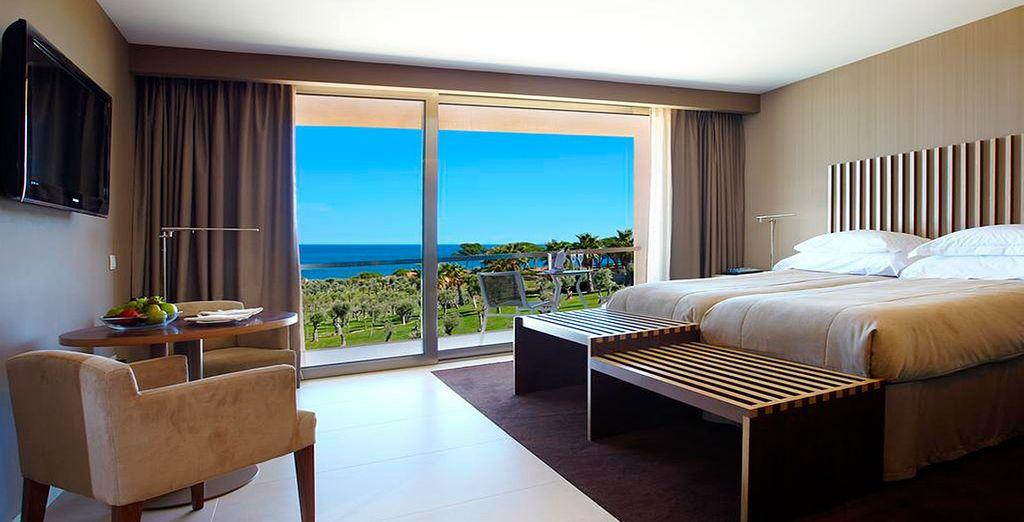 O en una increíble habitación con vistas al mar
