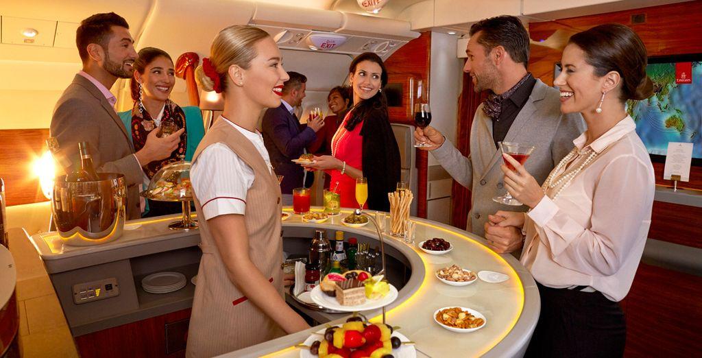 Haz un descanso, estira las piernas y entabla conversación con las personas más interesantes del planeta en la sala VIP a bordo de los A380 de Emirates...