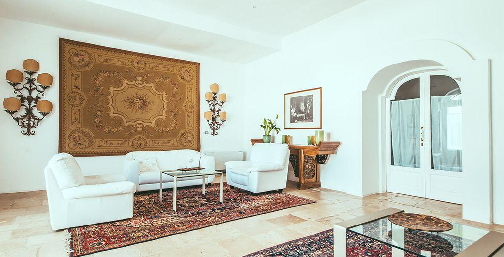 Decorado con muebles antiguos y alfombras exquisitas