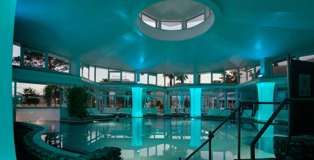 Disfrute de su piscina cubierta...