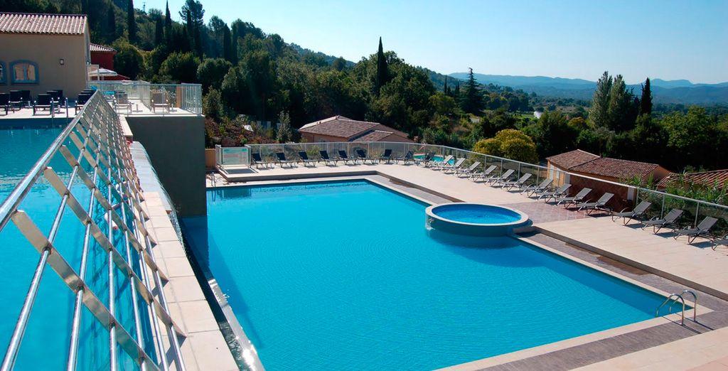 Disfrute de las fantásticas vistas de la piscina exterior del hotel