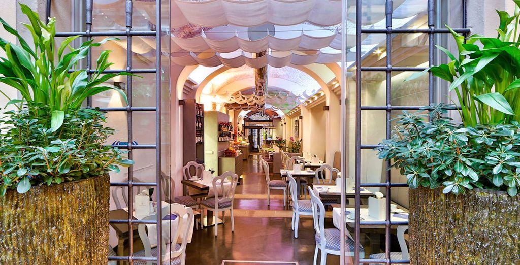 Su restaurante principal es muy moderno y elegante