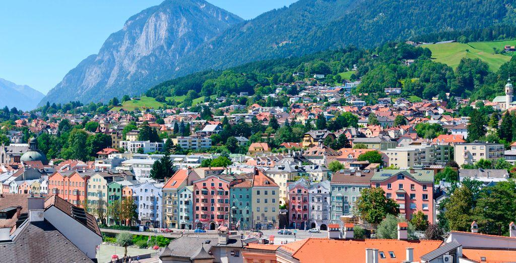 Panorámica de la ciudad con los alpes de fondo