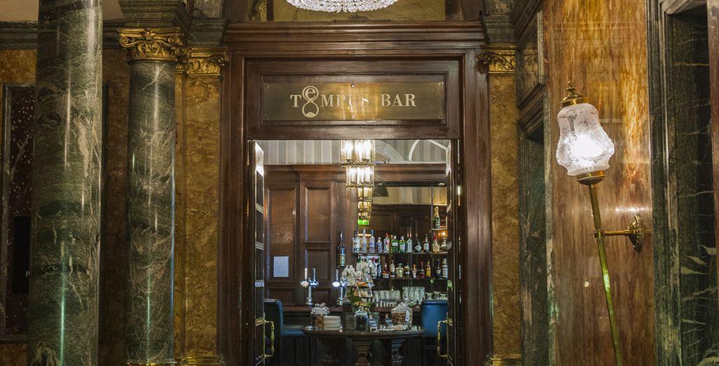 Offrez-vous une pinte ou un whisky dans le décor typique du Tempus bar