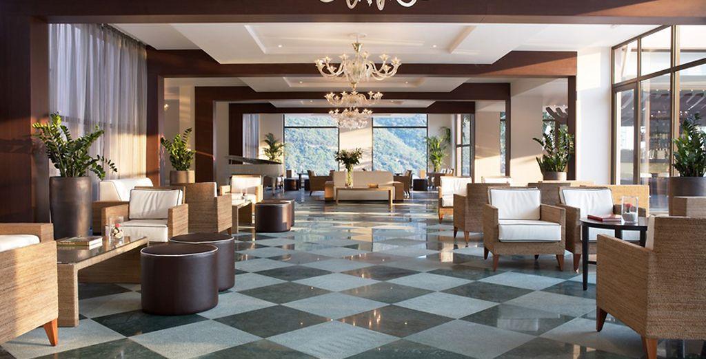 Le lobby se pare d'un décor luxueux