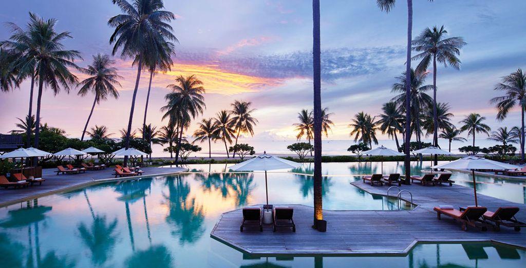 Hôtel de luxe à Bangkok équipé d'une vaste piscine et d'un espace détente avec chaises longues, cinq étoiles,Thaïlande