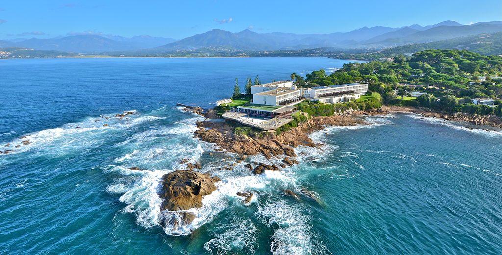 Photographie de la Corse, de ses hôtels de luxe ainsi que ses côtes rocheuses