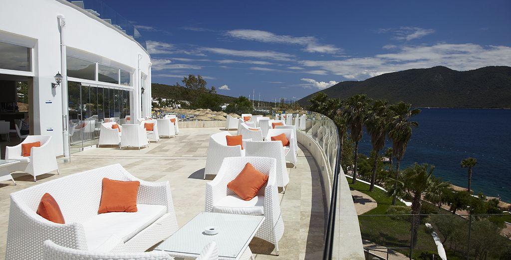 Offrant une agréable terrasse face à la mer
