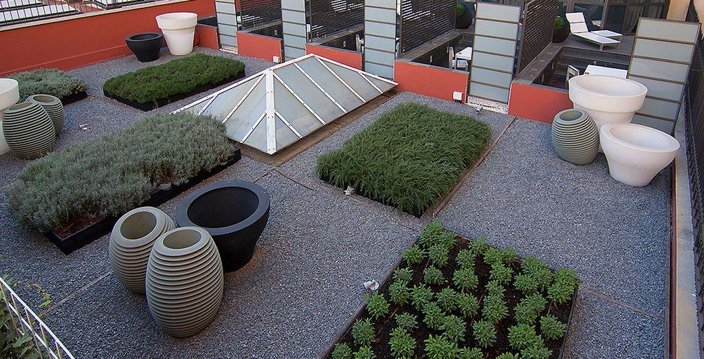 Vous pourrez ensuite parcourir les installations de l'hôtel, comme son jardin...