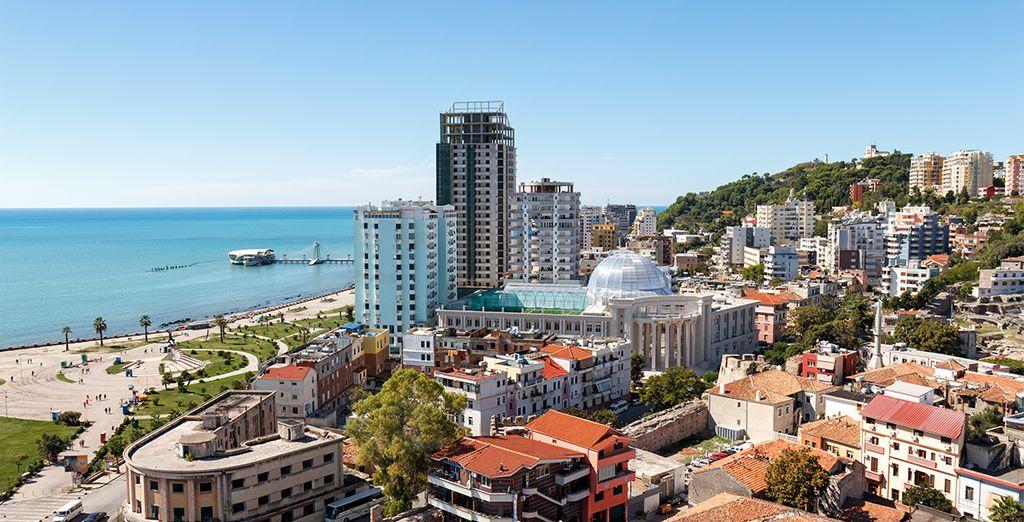 Photographie de la ville de Durres en Albanie, mer méditerranée, gratte-ciel et plage de sable fin