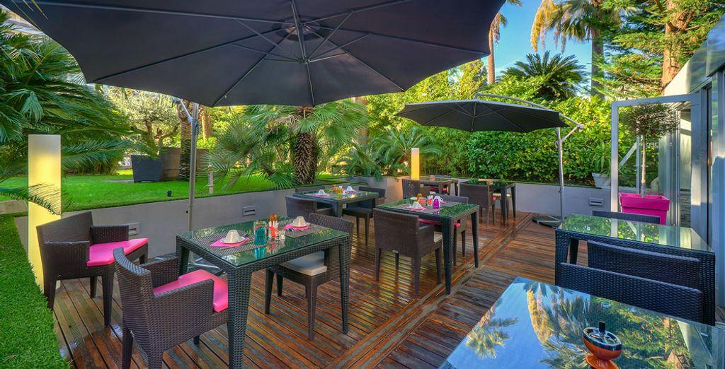 Accordez vous une pause détente sur la terrasse, à l'ombre des parasols