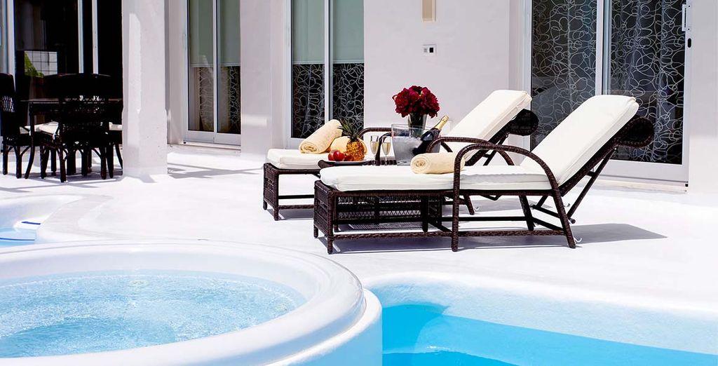 Profitez d'une pause détente sur les bords de votre piscine privée avec bain à remous...