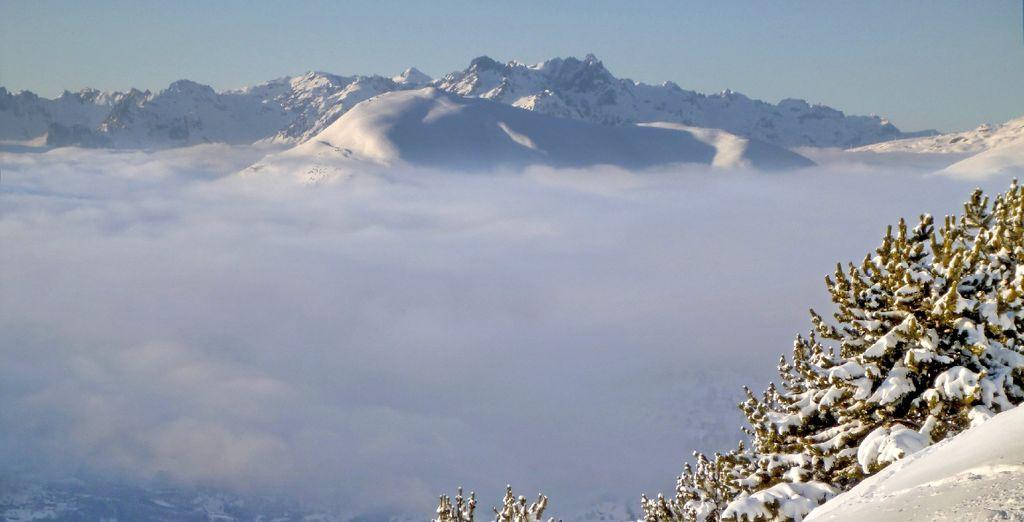 Suivez-nous tout près des cimes enneigées du domaine skiable des 2 Alpes....