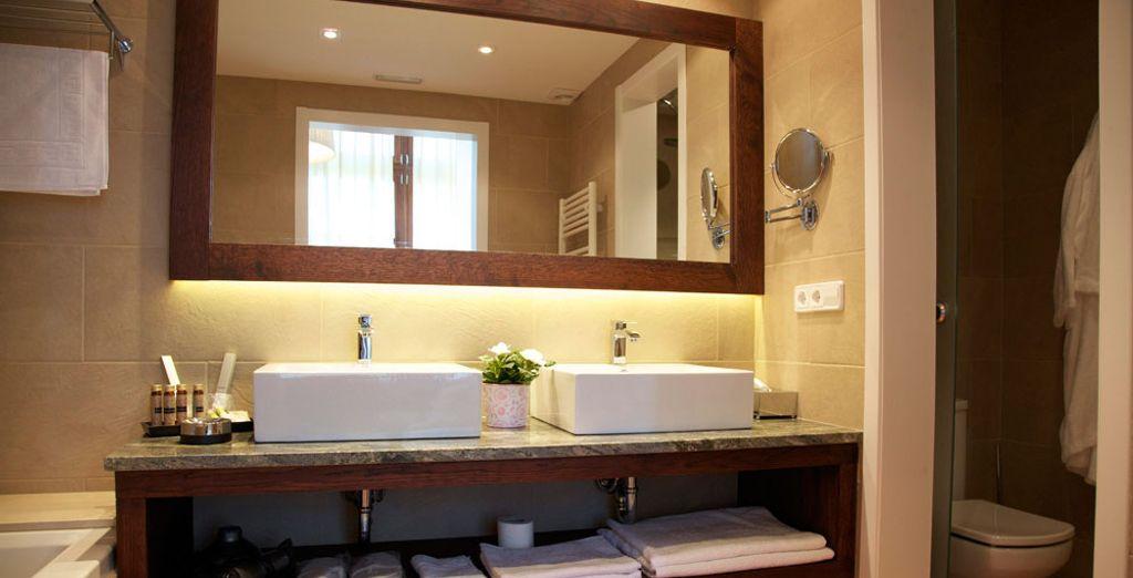Et une salle de bain grande et fonctionnelle