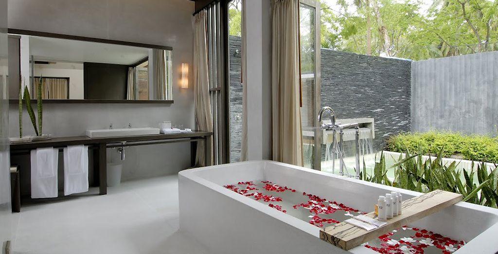 Avec une salle de bains ouverte sur l'extérieur et une piscine privative