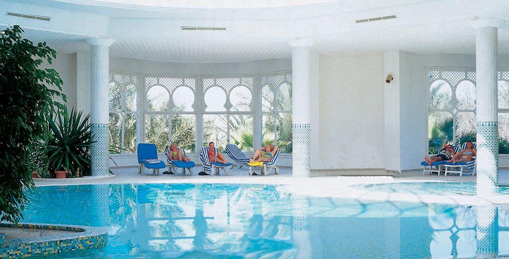 Achevez la journée par quelques brasses dans la piscine intérieure