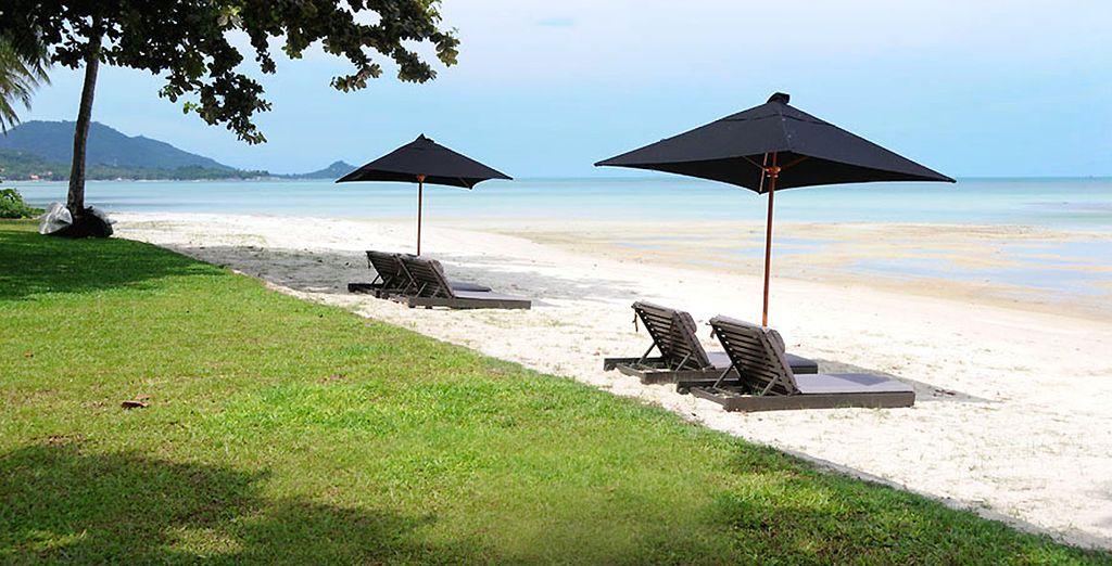 La plage de sable fin en accès direct vous poussera peut-être à sortir de votre cocon