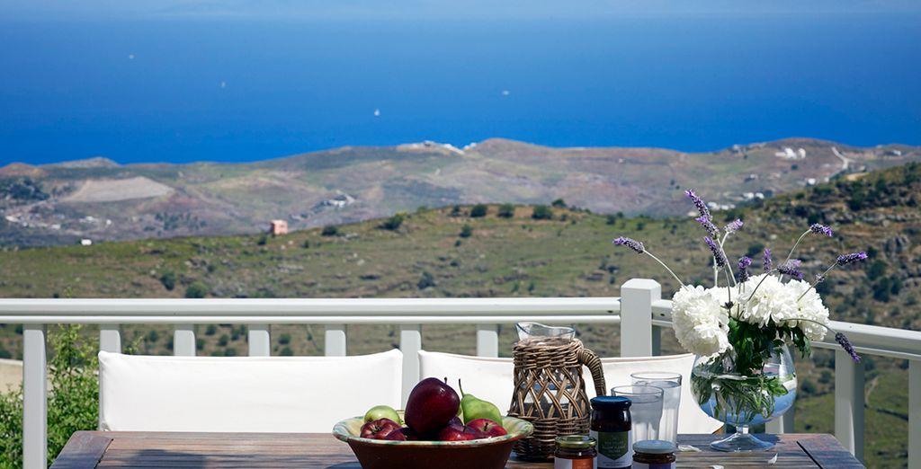Savourez un copieux petit déjeuner sur la terrasse de votre Suite