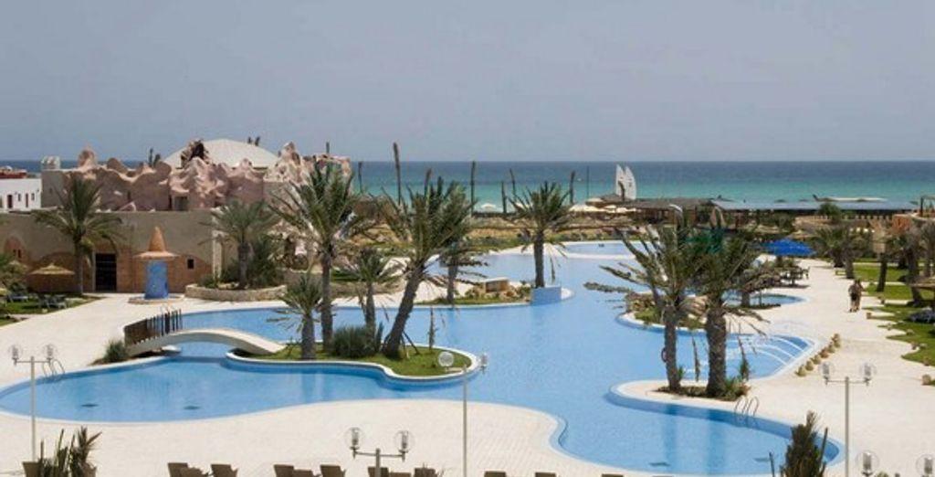 La piscine de l'hôtel offre une vue imprenable sur la plage - Hôtel Club Diana Rimel **** Djerba