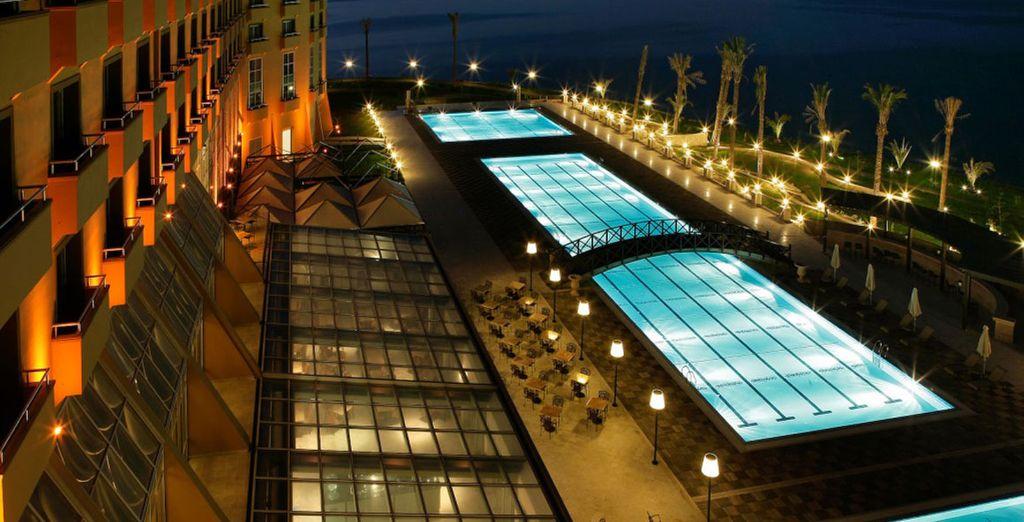 Prenez un bain dans l'incroyable piscine extérieure...