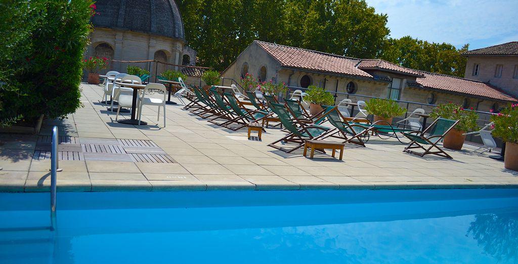 Et profitez de la beauté du jardin extérieur pour vous détendre sous le soleil de Provence