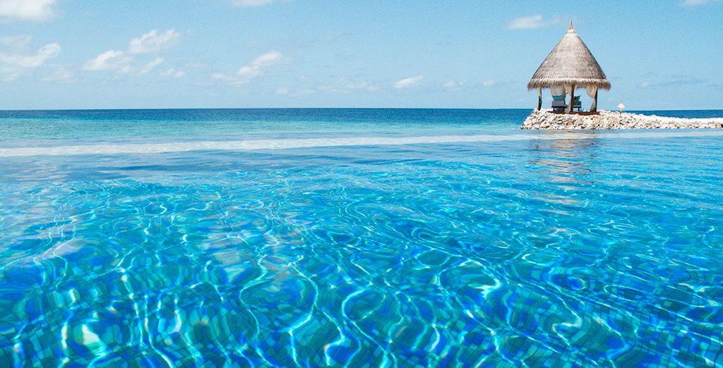 De la piscine se fondant dans la mer...
