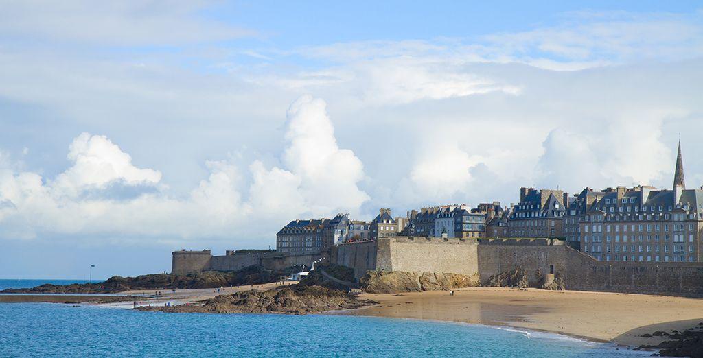 Puis direction Saint-Malo et ses remparts surplombant la plage