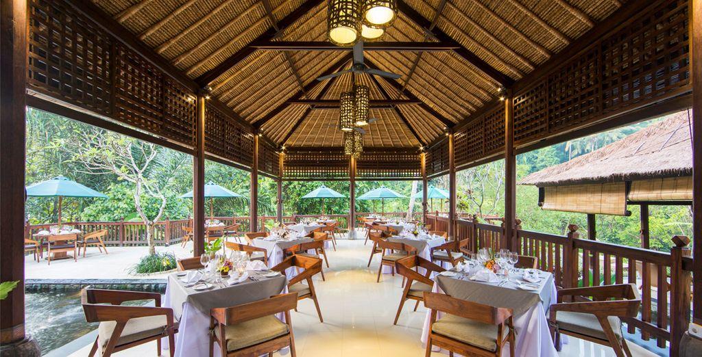 Le restaurant de l'hôtel vous accueillera sur une terrasse ombragée...