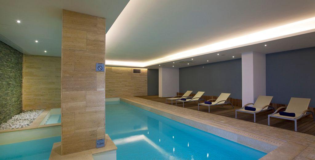 Puis prélassez-vous dans la piscine intérieure & Spa